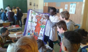 Fr. Alphons mit einem Tuch aus Togo
