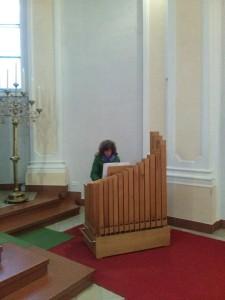 Frau Prof. Thell an der Orgel