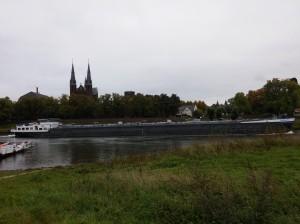 Frachtschiff auf der Maas