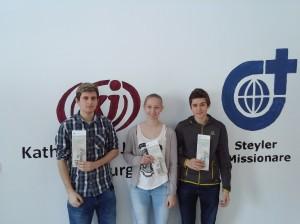 Fabian, Lisa und Fabian aus der jetzigen 7. Klasse mit den Fastenkalendern